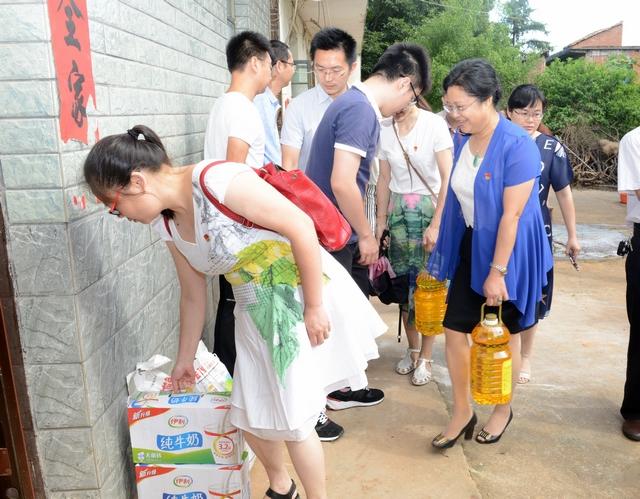 市院机关二支部党员干部走访慰问水北琴山村委颐养之家